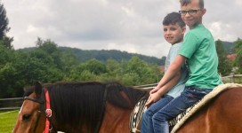 Zwei Jungen auf einem Pferd